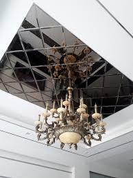Ốp trần sảnh khách sạn với gương décor nghệ thuật độc đáo.